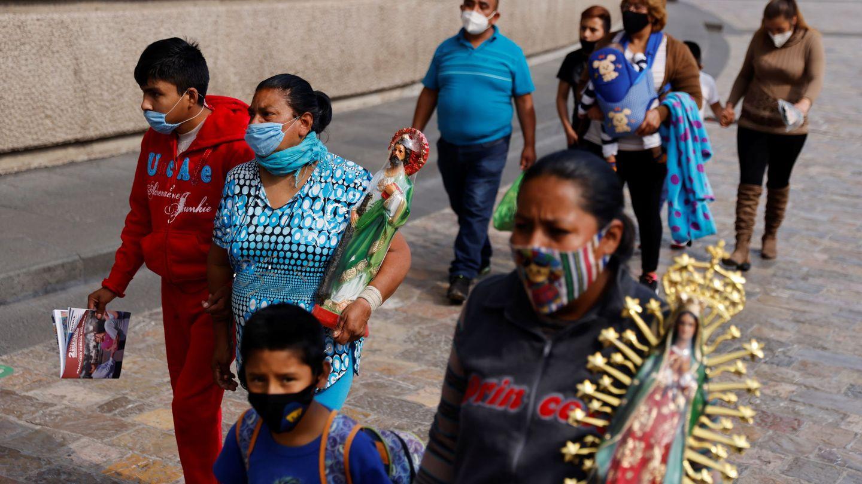 Unos peregrinos llevan la imagen de la virgen de Guadalupe en México. (EFE)