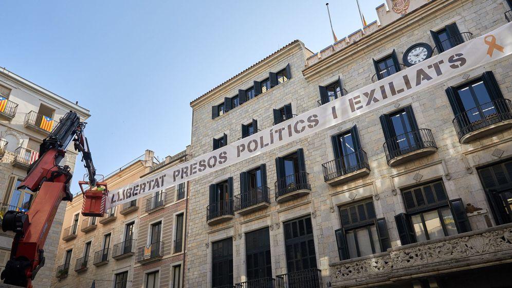 Foto: Pancarta en el Ayuntamiento de Girona. (Efe)