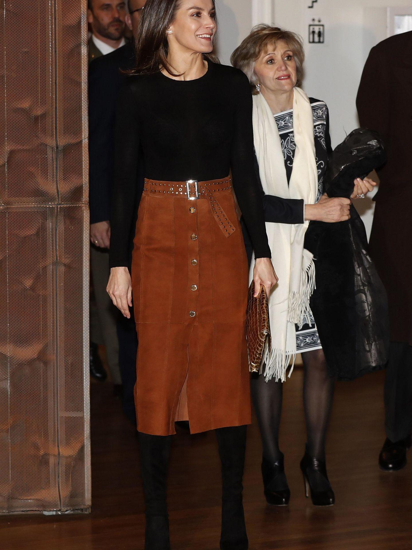 Aquí vemos el look al completo que la reina Letizia lució en el acto. (EFE)