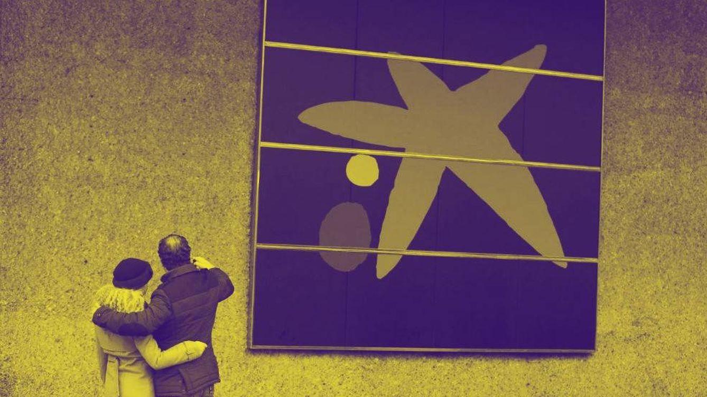Foto: Una pareja ante una de las oficinas de Caixabank, en una imagen de archivo. (EFE)