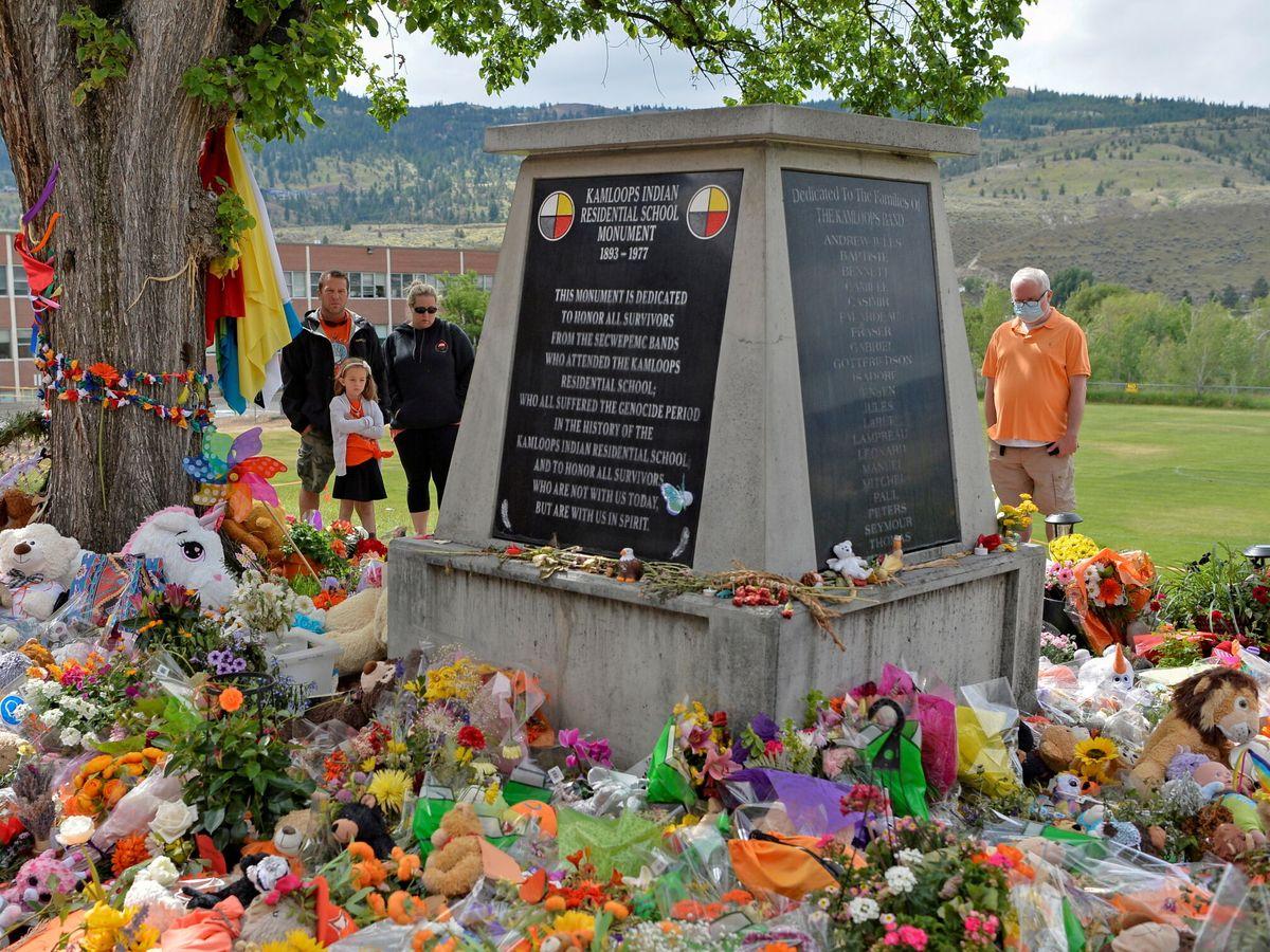 Foto: Memorial en recuerdo de los más de 200 niños cuyos cuerpos fueron encontrados en la escuela de Kamploops. (Reuters)