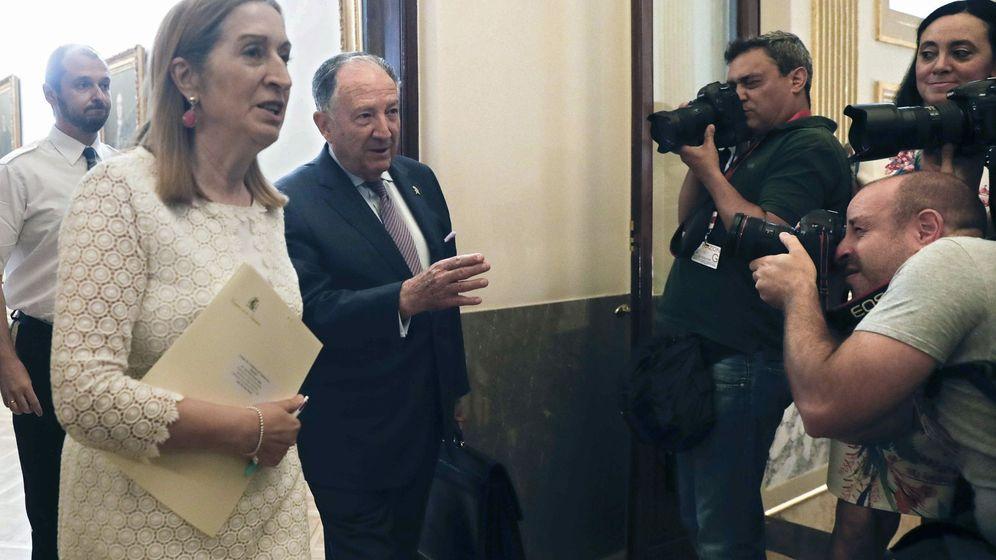 Foto: El director del Centro Nacional de Inteligencia, Félix Sanz Roldán (c), junto a la presidenta del Congreso, Ana Pastor, a su llegada a la Cámara Baja. (EFE)
