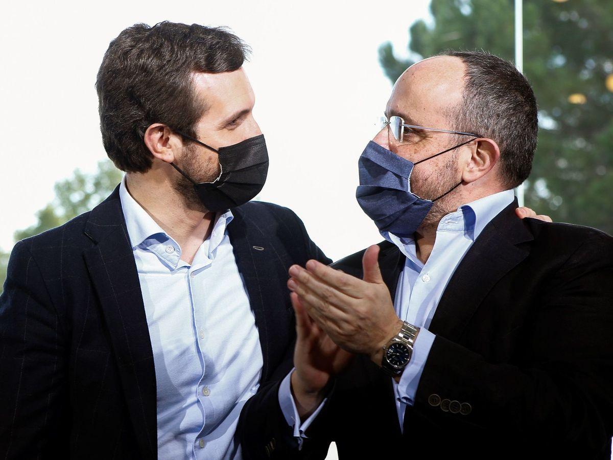 Foto: El presidente del PP, Pablo Casado (i), saluda al candidato del PPC a la Generalitat, Alejandro Fernández (d). (EFE)