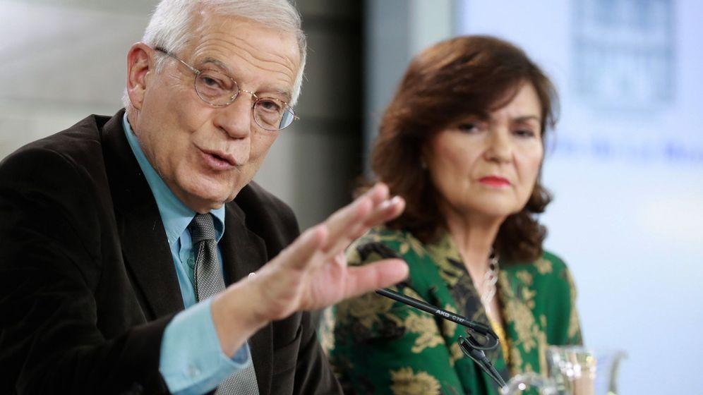 Foto: La vicepresidenta del Gobierno, Carmen Calvo, y el ministro de Asuntos Exteriores, Josep Borrell, durante la rueda de prensa tras la reunión del último Consejo de Ministros. (EFE)