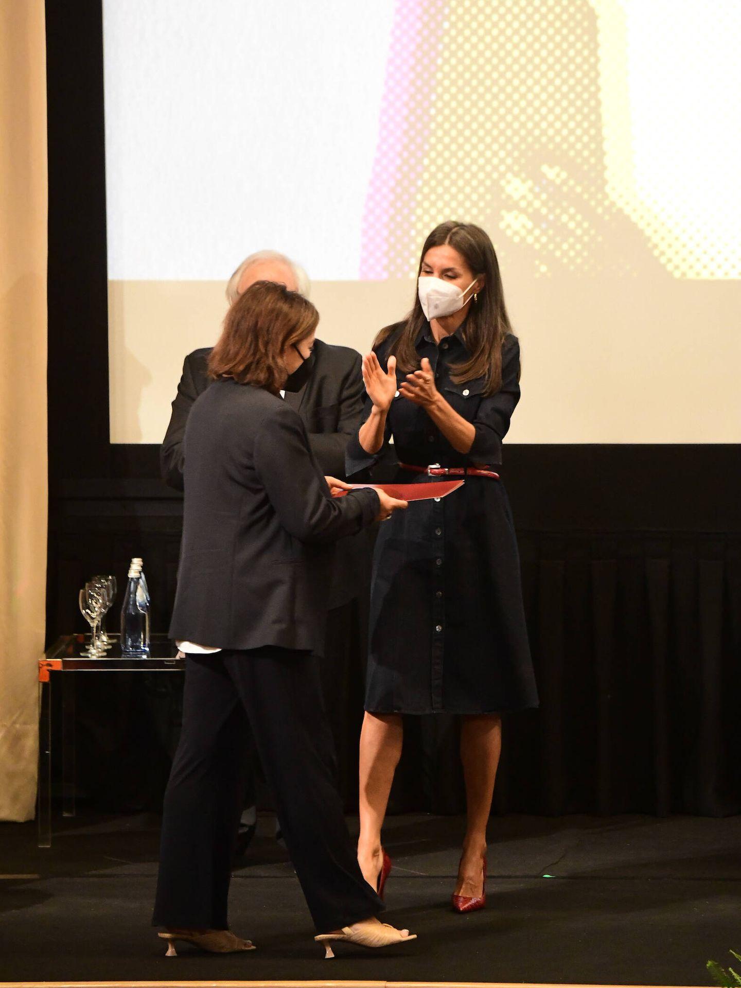 La reina Letizia, entregando el reconocimiento a Pepa Bueno. (Limited Pictures)