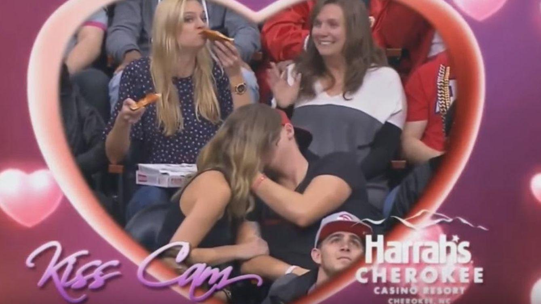 La rubia 'devora pizzas' ajena a las 'Kiss Cam' del estadio de los Atlanta Hawks