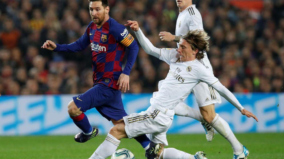 Foto: Modric intercepta un balón en una subida de Messi al ataque. (EFE)