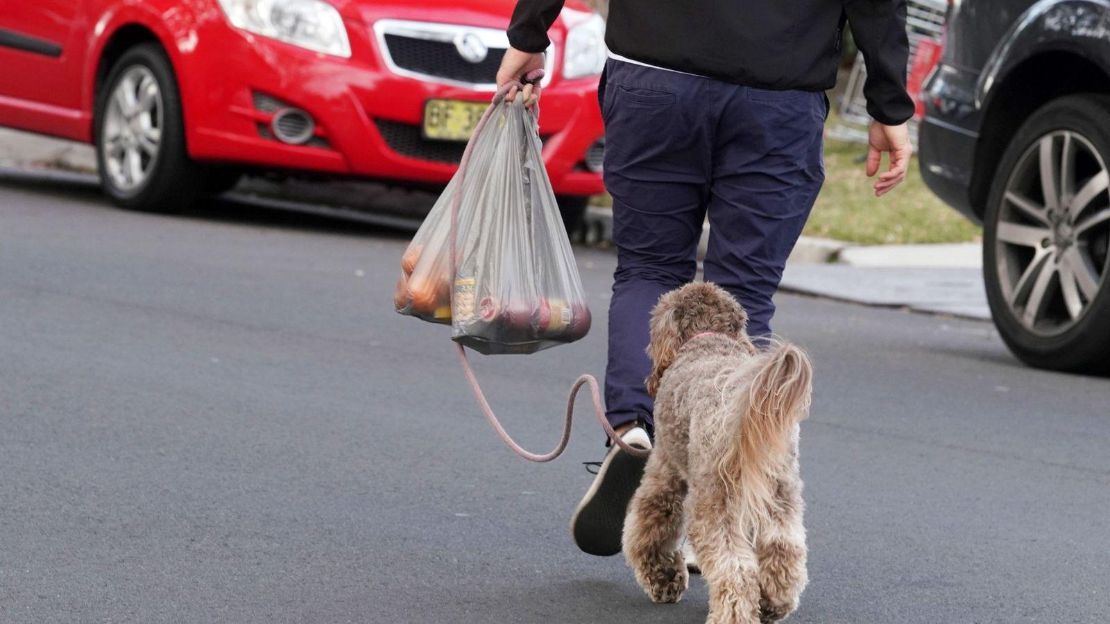 Foto: Un cliente australiano sale de un establecimiento con una bolsa de plástico. (EFE)