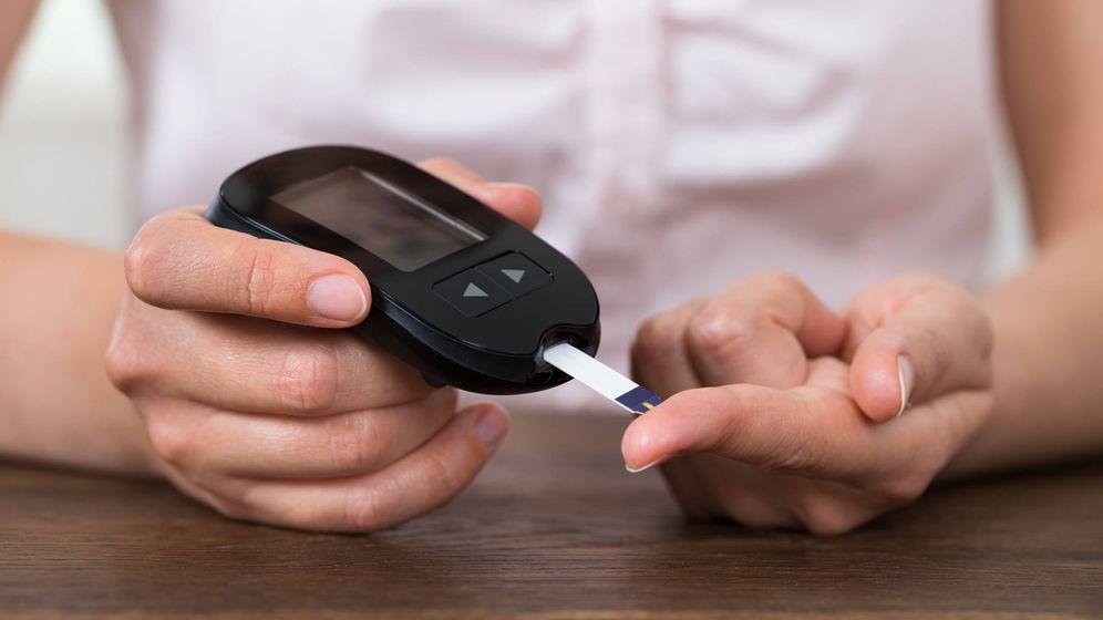 Foto: El glucómetro sirve para medir la concentración de glucosa en sangre. (iStock)
