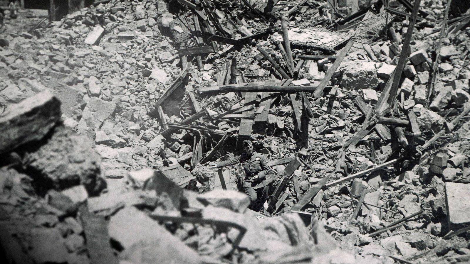 Foto: Un piloto nazi posa junto a los destrozos de una de las bombas en un pueblo de Castellón para plasmar el tamaño de su impacto.