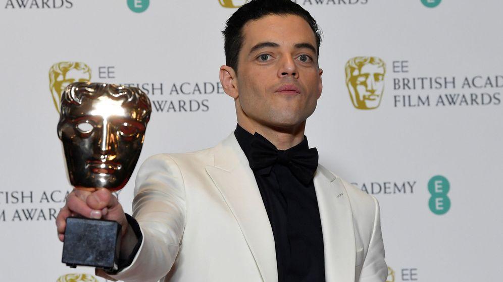 Foto: Rami Malek posa con un premio BAFTA. (Reuters)
