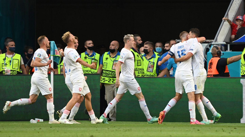 Los checos celebran el segundo gol. (REUTERS)