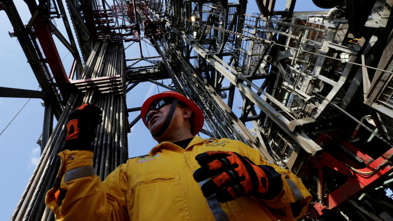 Un empleado trabaja en la plataforma petrolífera Centenario, en el Golfo de México, frente a las costas de Veracruz, en enero de 2014. (Reuters)