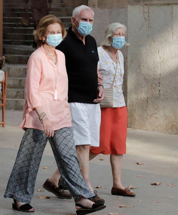 Foto: La reina Sofía, en pleno paseo con sus amigos. (Julián Aguirre)