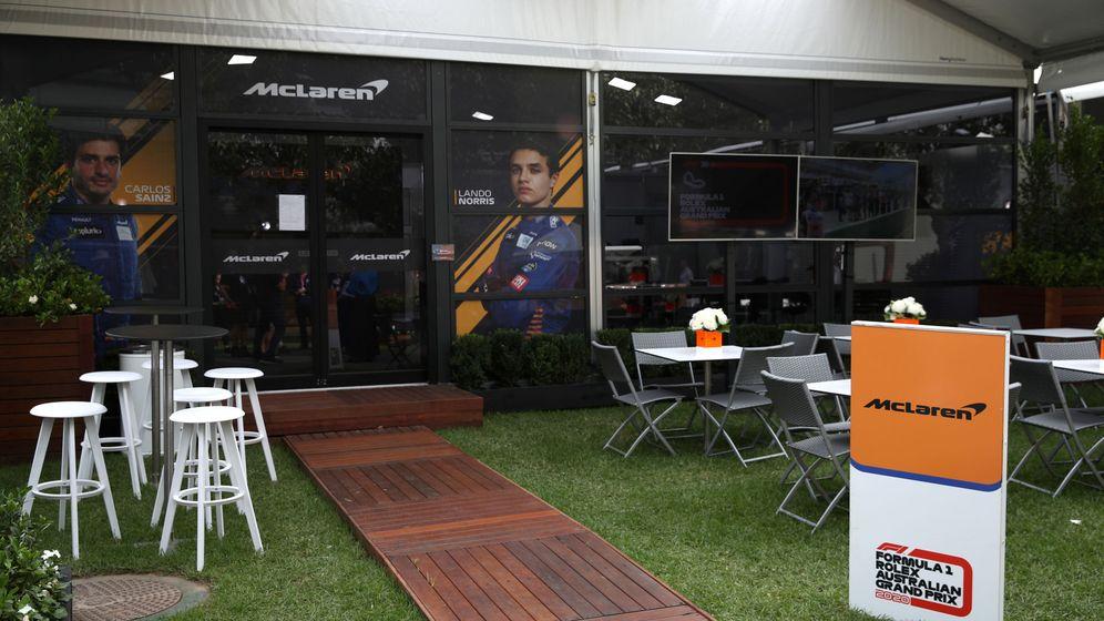 Foto: El area de McLaren en el paddock vacía a horas de comenzar el fin de semana. (Reuters)
