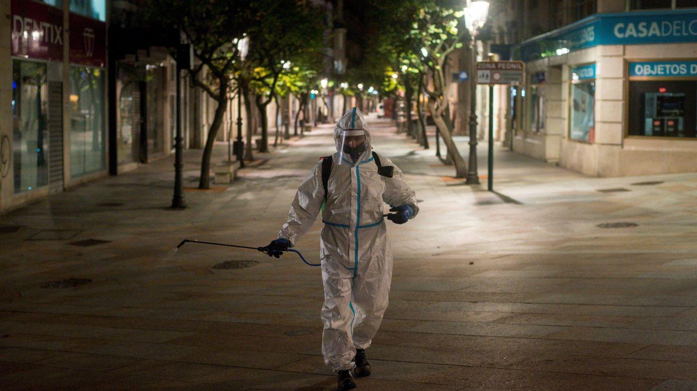 Un operario municipal realiza labores de desinfección de madrugada en Galicia. (EFE)