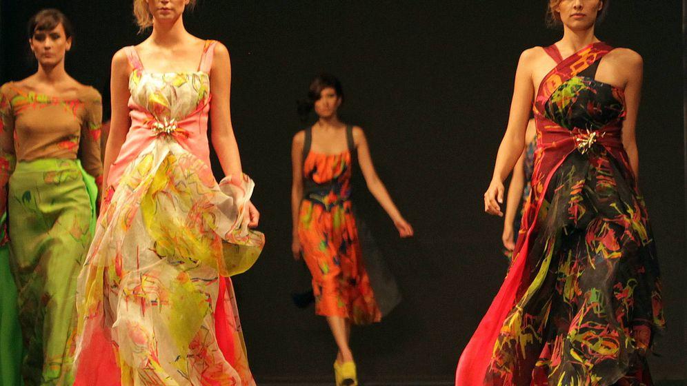 Foto: Modelos desfilan con creaciones del diseñador español Adolfo Domínguez. (EFE)
