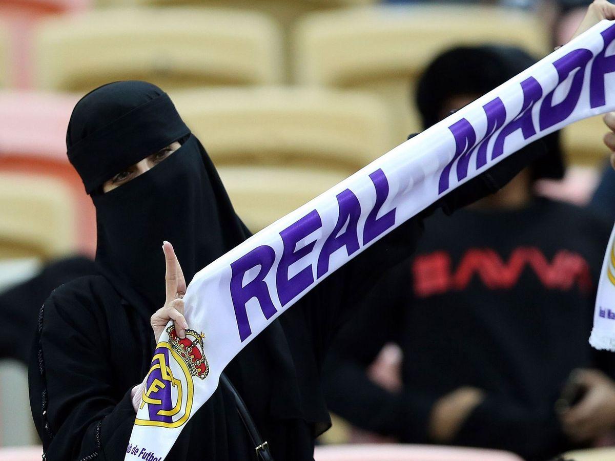 Foto: Una aficionada del Real Madrid, en la final de la Supercopa de España disputada en Yeda, Arabia Saudí. (EFE)