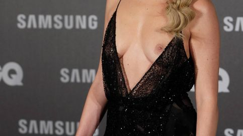Adriana Abenia muestra un pecho en el photocall por culpa de su atrevido vestido