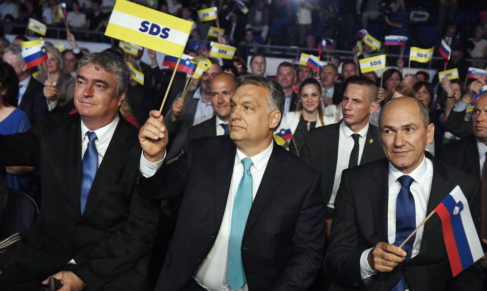 Foto: El primer ministro húngaro Víktor Orbán junto al líder del SDS Janez Janša y el europarlamentario Milan Zver, durante un mitin en Celje, Eslovenia, el 11 de mayo de 2018. (EFE)