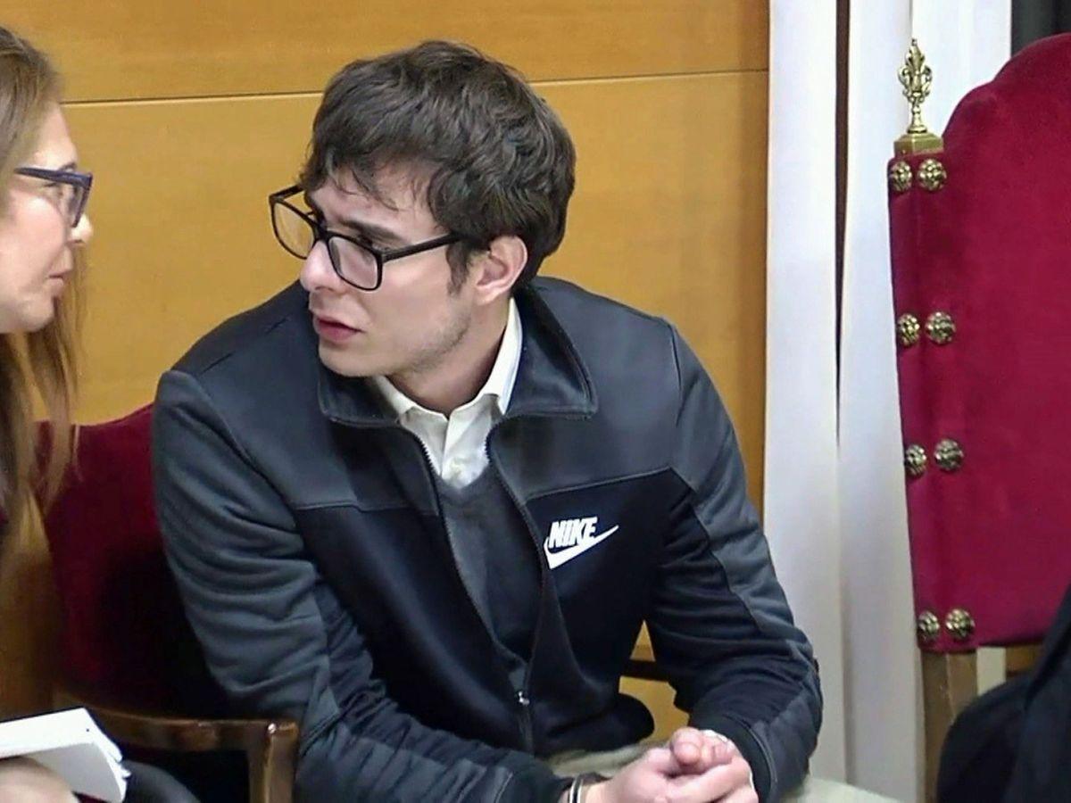 Foto: Patrick Nogueira, durante el juicio, conversando con la traductora. (EFE)
