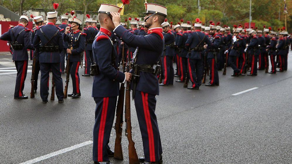 Foto: La Guardia Real se prepara para el inicio del desfile. (EFE)
