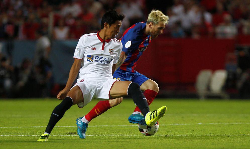 Foto: Kiyotake junto a Messi durante el partido de ida de la Supercopa de España (Reuters)