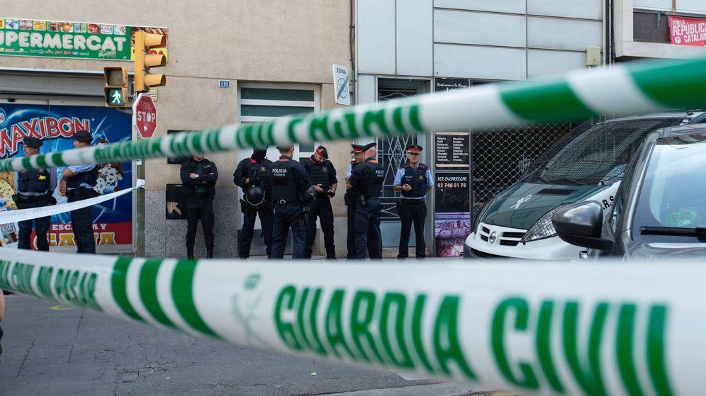 Foto: Agentes de la Guardia Civil durante el registro de un domicilio en Sabadell. (EFE)