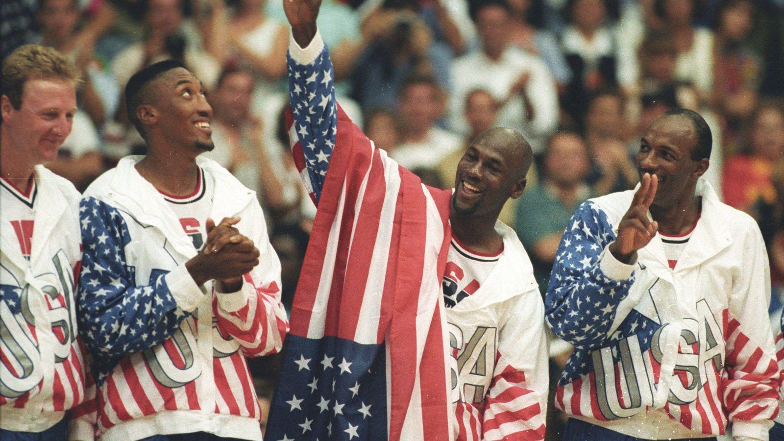 Foto: De izquierda a derecha, Larry Bird, Scottie Pippen, Michael Jordan y Clyde Drexler durante la ceremonia de entrega de medallas en Barcelona 1992. (Reuters)