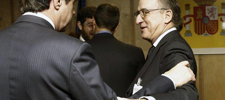 Foto: El ministro de Industria, Energía y Turismo, José Manuel Soria, conversa con el presidente de Repsol, Antonio Brufau. (EFE)