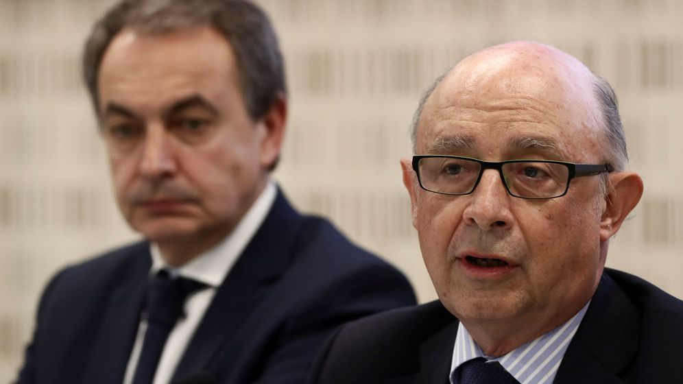 Foto: El ministro de Hacienda, Cristóbal Montoro, junto al expresidente del Gobierno José Luis Rodríguez Zapatero. (EFE)
