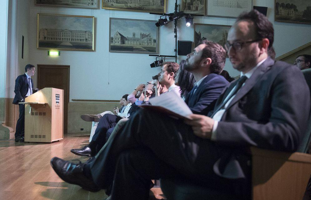 Foto: Pedro Sánchez, este 7 de mayo impartiendo una conferencia en el Magdalen College de Oxford, en Reino Unido. (Borja Puig | PSOE)