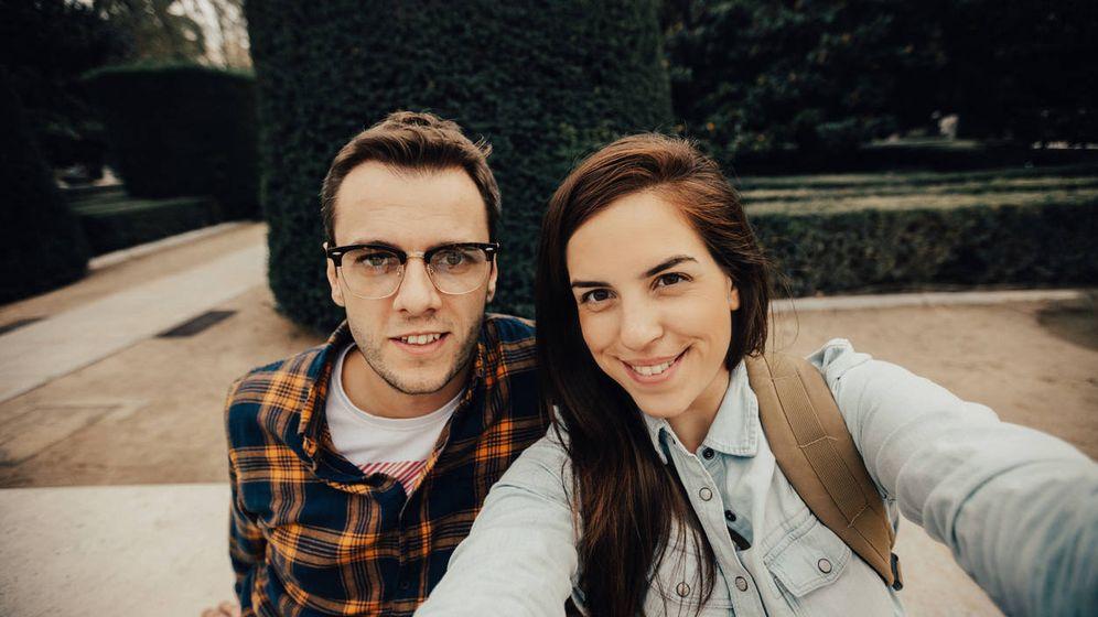 Foto: ¿Pero este de qué va? (En versión original: 'charming young couple on a vacation in Spain taking selfie'). (iStock)