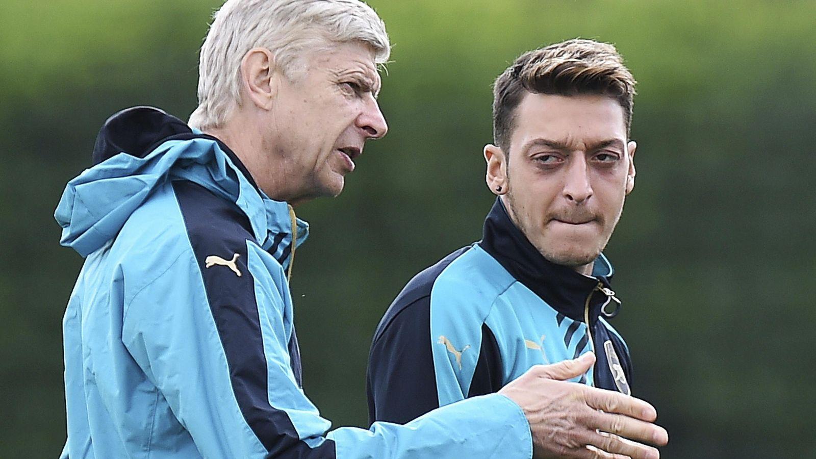 Foto: Wenger habla con Özil durante un entrenamiento del Arsenal. (EFE)