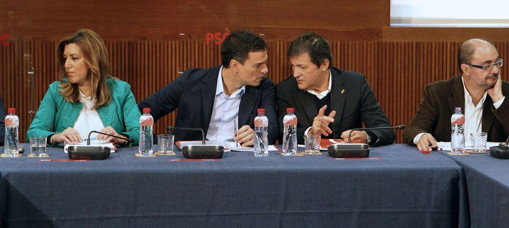 Foto: Susana Díaz, Pedro Sánchez y Javier Fernández, en el Consejo Político Federal (EFE)