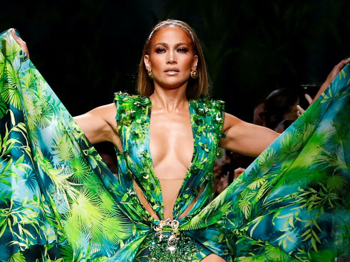 Foto: Jennifer Lopez volvió a causar sensación con su icónico 'jungle dress' en el desfile de Versace primavera-verano 2020 en Milán. (Reuters)