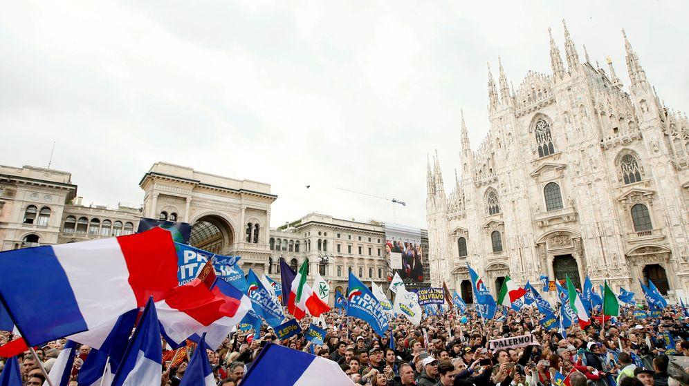 Foto: Miles de personas asisten al acto en Milán. (Reuters)