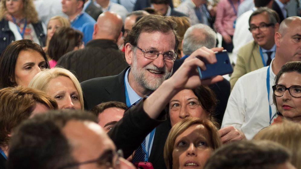 Foto:  El presidente del Gobierno, Mariano Rajoy, se fotografía con unos asistentes a la Convención Nacional del PP. (EFE)