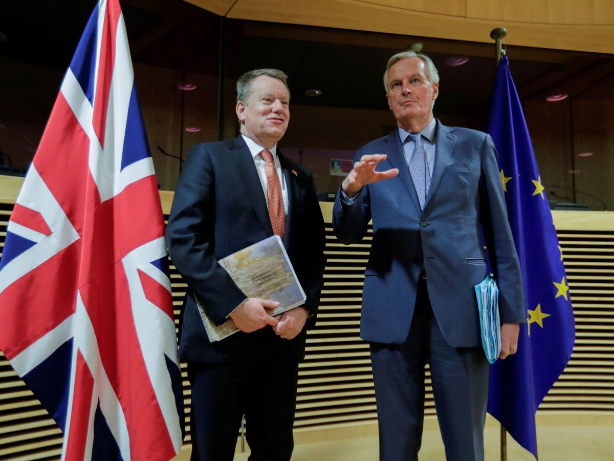 Foto: El negociador jefe de la UE, Michel Barnier, a la derecha de la imagen. (Reuters)