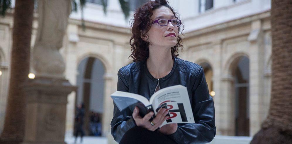 Foto: Izaskun Sáez de la Fuente posa con el libro 'Misivas del terror'. (EFE)