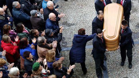 El féretro de Areces, recibido con aplausos en Gijón