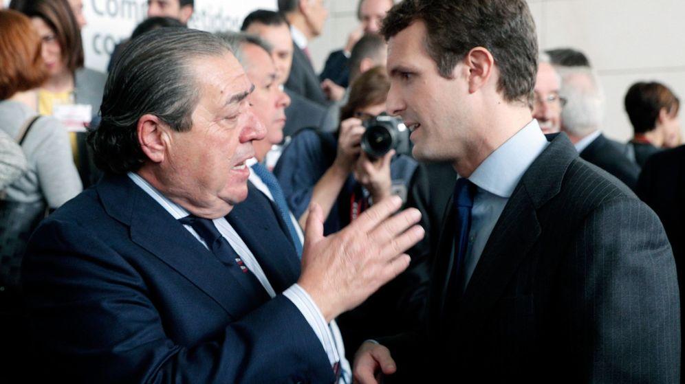 Foto: Pablo Casado, con el empresario Vicente Boluda en el congreso del Instituto de la Empresa Familiar. (EFE)