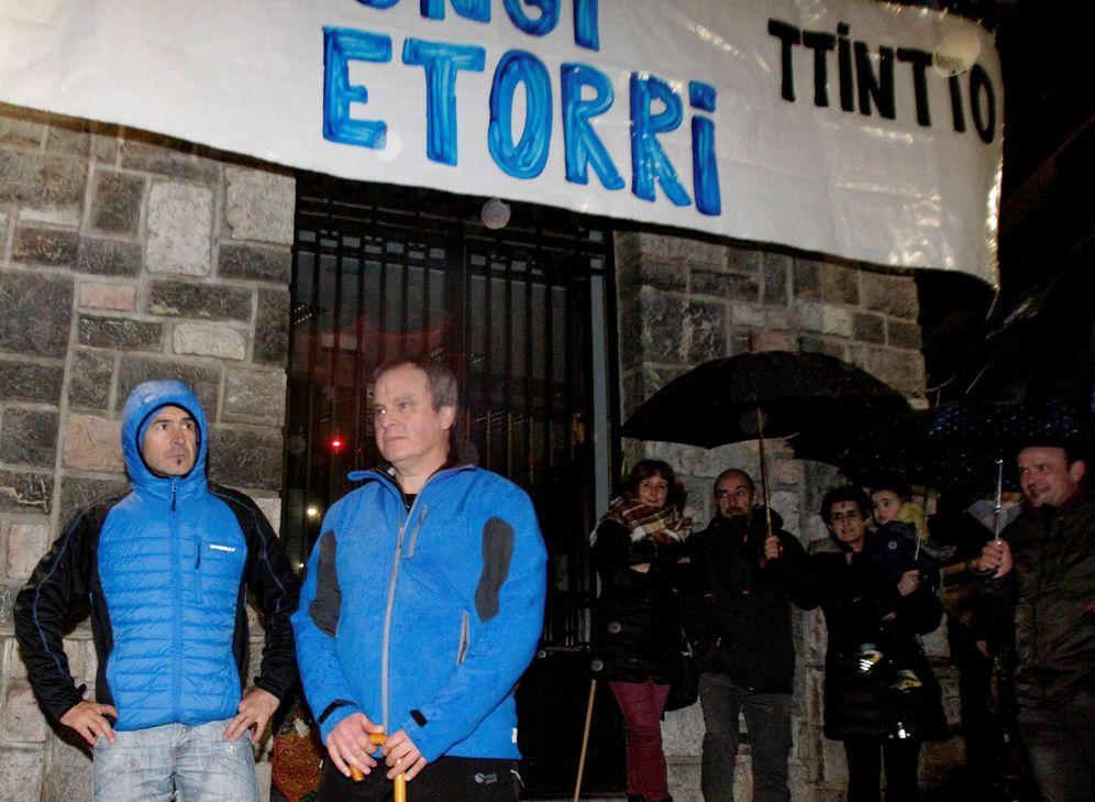 Foto: Igerategi (izquierda) y Otaño son homenajeados el pasado 18 de febrero en Andoain tras cumplir seis años de condena. (EFE)