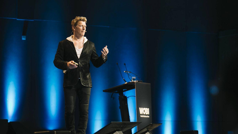 Foto: Magnús Scheving, creador de 'Lazy Town', sorprendió al público entrando en el escenario caminando sobre sus manos. (Foto: WOBI)