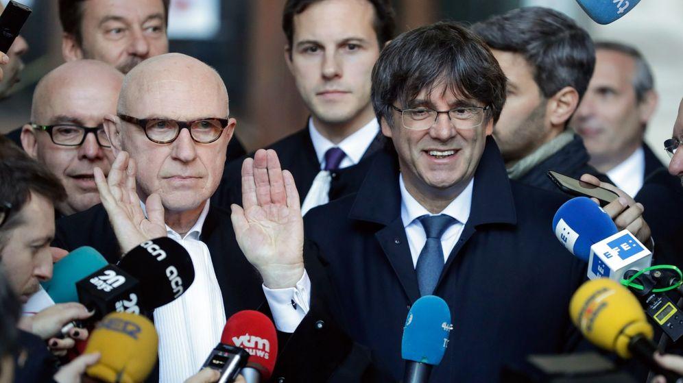 Foto: El expresidente de la Generalitat Carles Puigdemont y el abogado Paul Bekaert, en Bruselas. (EFE)