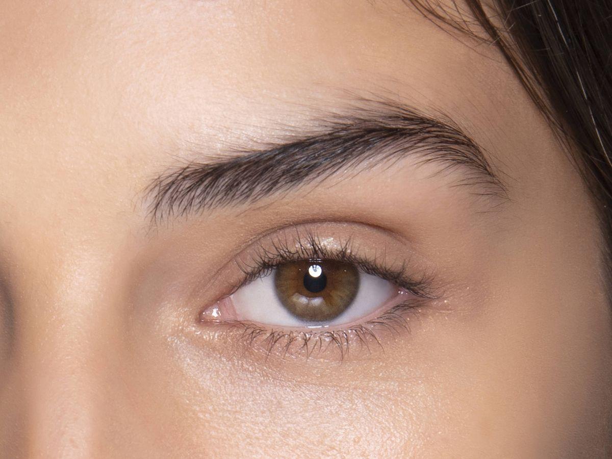Foto: Fijadores de cejas transparentes y muy naturales. (Imaxtree)