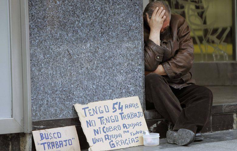 Foto: Una persona, ante un cartel de 'busco trabajo' en Madrid. (Foto: EFE)