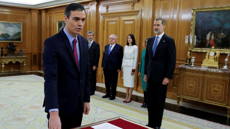 El presidente del Gobierno, Pedro Sánchez, mientras promete el cargo. (Reuters)