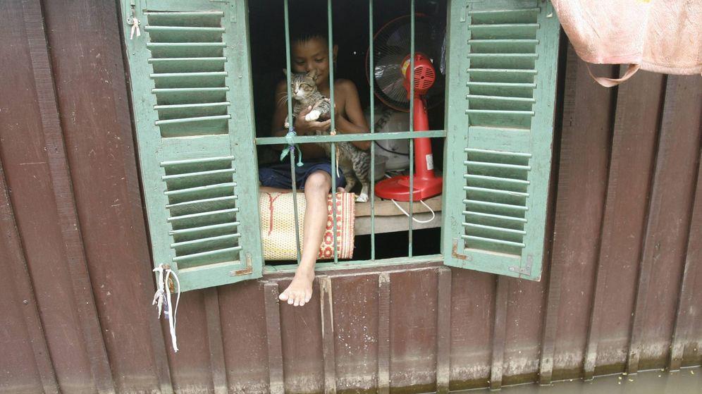 Foto: Un niño se asoma a la ventana de su casa en un pueblo situado en Camboya. (Efe)