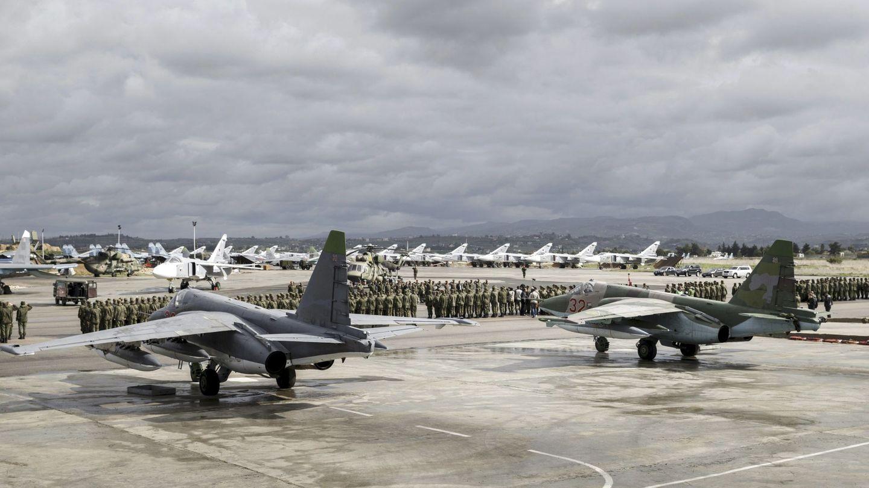 Soldados y cazas rusos y sirios, durante una ceremonia en la base aérea de Khmeimin, en Siria, en marzo de 2016. (Reuters)